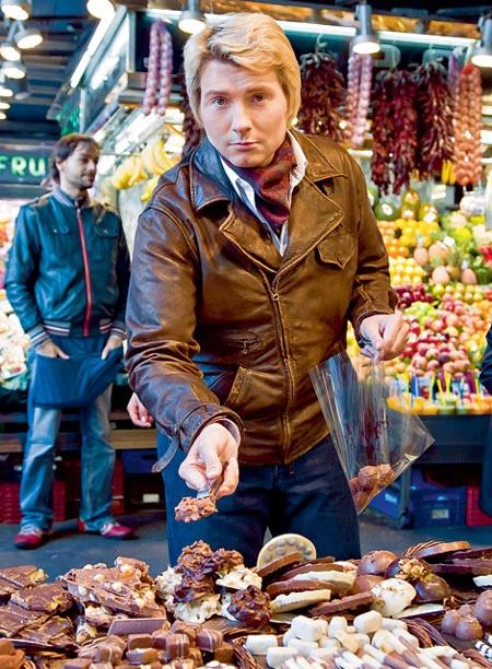 Николай выбирает сладости для дамы своего сердца. Фото с сайта www.eg.ru.