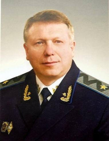 Геннадий Тюрин в отпуске зачитывается Акуниным. Фото с официального сайта Кировоградской прокуратуры и из архива «КП».