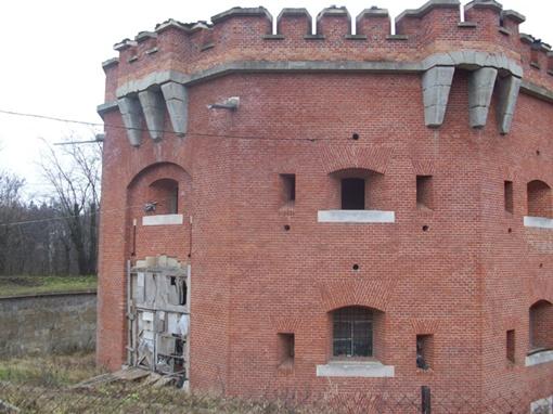 Сохранившиеся укрепления состоят из трёхэтажного здания казарм и шести башен.
