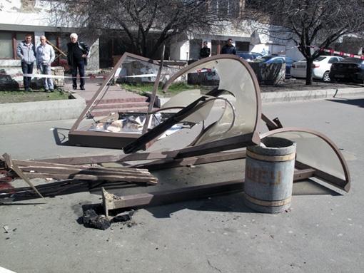 После удара машины остановка сложилась как карточный домик. Фото УГАИ Киева.