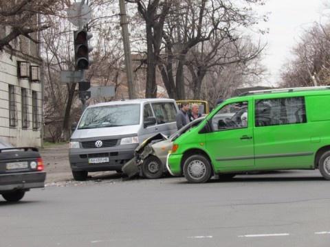 «Железо» автомобилей помялось изрядно. Фото: 0629.
