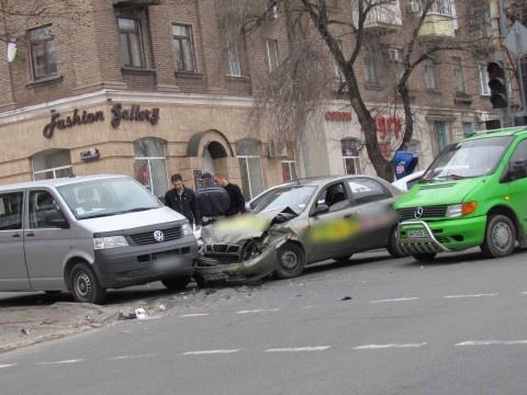 Тройное столкновение в центре Мариуполя. Фото: 0629.