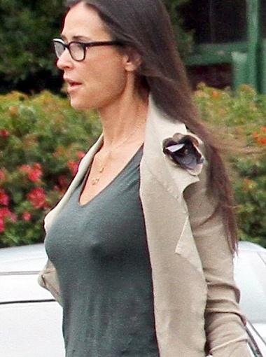 Актриса забыла надеть бюстгальтер, и распахнувший ее жакет ветерок продемонстрировал это фотографам. Фото Daily Mail.