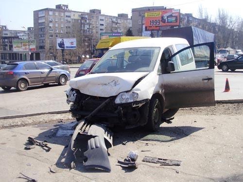 Водитель «Фольксваген Поло» делая маневры на дороге, столкнулся со встречным автомобилем «Фольксваген Кадди». Фото: ГАИ Донецкой области.