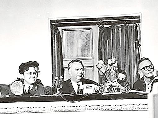 Жюри КВН сидело в отдельной ложе, и в нем были самые разные люди. Справа налево: Леонид Гайдай, Николай Озеров и даже майор милиции.