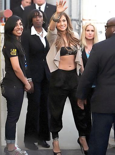 Певица выбрала соблазнительный наряд: топ-бандо, светлый жакет и гаремные брючки. Фото Splash/All Over Press.