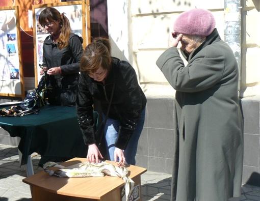 Симферопольцам раздавали инструкции, как сами сделать сумку.