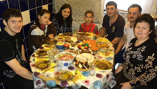 Футболист Тарас Михалик (крайний слева) Пасху традиционно старается отмечать в кругу семьи. Фото из архива «КП».