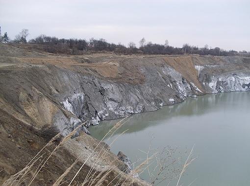 Постепенно отравленные воды, заключенные в карьере, поднимаются все выше.