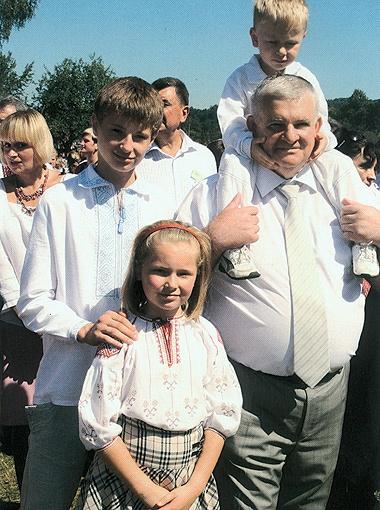 Михаил Вышиванюк с внуками...