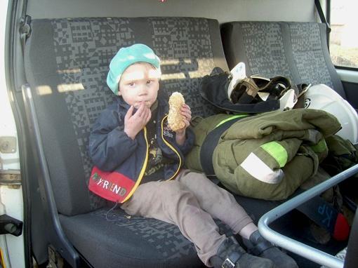 Спасенного ребенка первым делом накормили. Фото ГУ МЧС в Днепропетровской области.