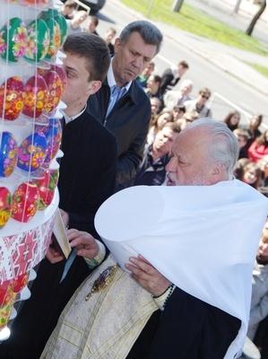 Возле юракадемии поставили огромное яйцо, вмещающее 308 писанок. Фото Алексея Кравцова.