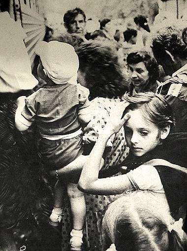 Спасая детей, киевляне штурмом брали вагоны поездов.