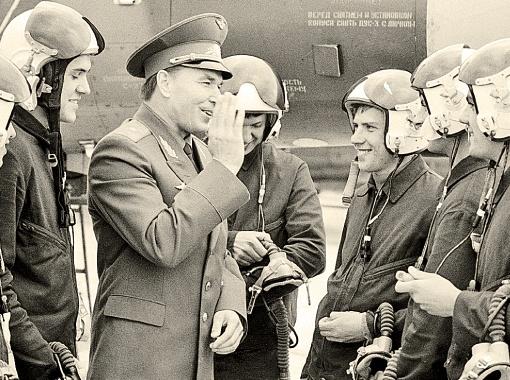 Молодой генерал Антошкин запросто находил общий язык со своими летчиками, многие из которых совершали по 30 вылетов к реактору за день. При разрешенных пяти...
