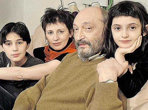 Козаков в кругу семьи - с Анной Ямпольской и детьми Мишей и Зоей. Это архивная фотография: сегодня Мише уже 22 года.