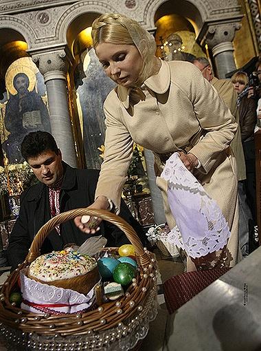Юлия Тимошенко пришла в храм с одной корзинкой, а уходила с двумя.