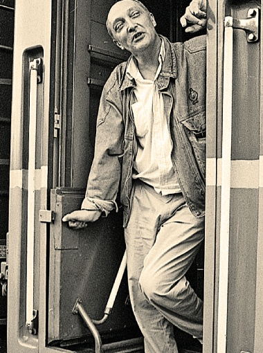1991 год. Козаков уезжает на ПМЖ в Израиль (на поезде, потому что путь его лежал через Прибалтику). Потом он вернется в Россию, но именно в Израиле, который так и не смог по-настоящему полюбить, в конце концов встретит смерть.