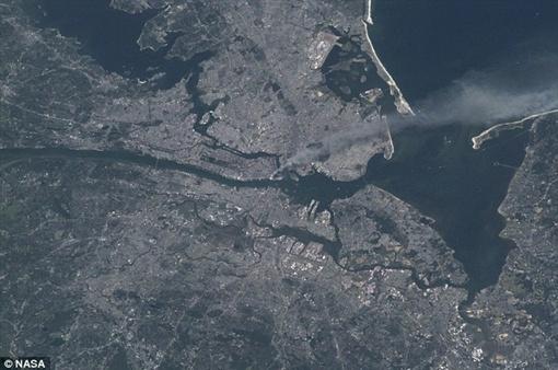 Дым стоящий над самым сердцем Манхеттена, запечатленный из космоса. Фото NASA.