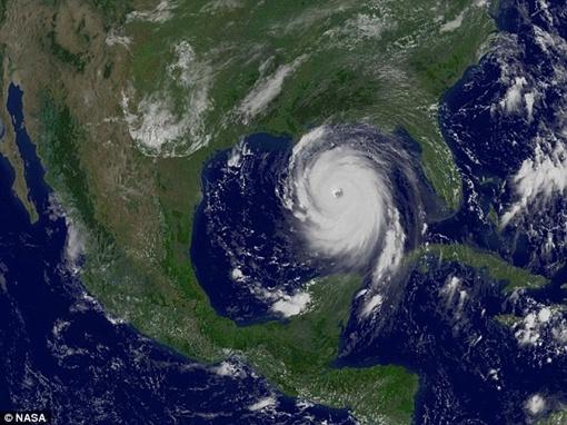 Это снимок с метеорологических спутников, запечатлевший разрушительный торнадо над США в августе 2005 года. Фото NASA.