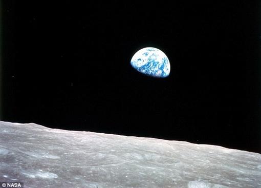 Первое фото Земли с ее спутника Луны. Фото NASA.