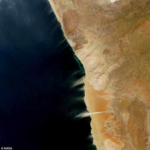 Побережье Нимбии: на фото засняты ленты песка, которые несет ветром в сторону океана. Фото NASA.