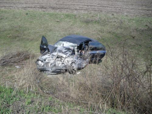 От удара легковушку отбросило в кювет. Фото: пресс-служба ГАИ Донецкой области.