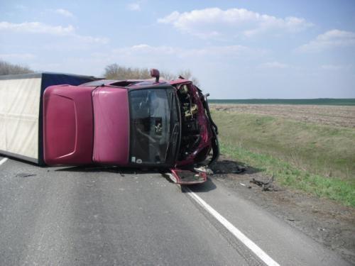Водитель грузовой «Газели» не справился с управлением, выехал на встречку, где люб в лоб столкнулся с «Ланосом».Фото: пресс-служба ГАИ Донецкой области.