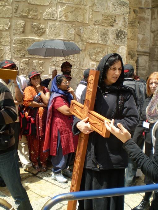 Крестный ход собирал паломников со всего мира.