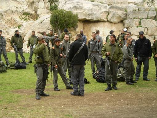 Израильская армия и полиция в эти дни переходят на усиленный режим дежурств.