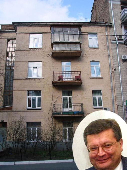 В ветхой четырехэтажке на Лютеранской проживает глава МИД Константин Грищенко.