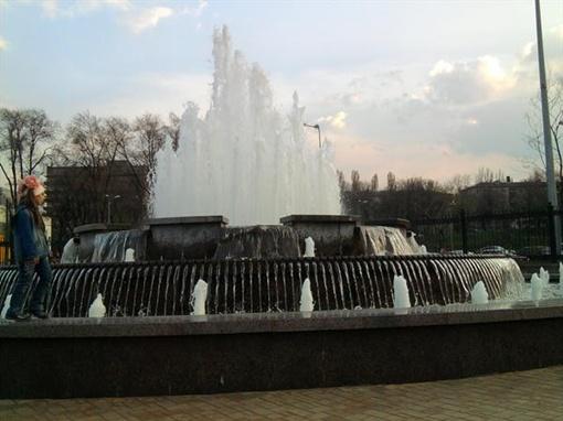 Фонтан на входе в парк имени Щербакова. Фото: Алена Финько.