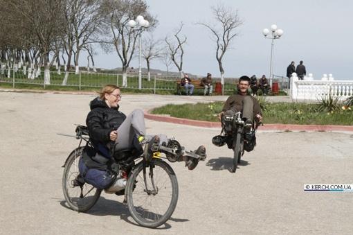 Фрнацузские велотуристы совершают свадебное путешествие лёжа 12635254