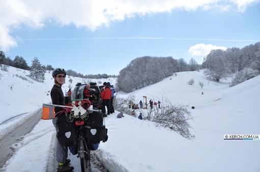 Фрнацузские велотуристы совершают свадебное путешествие лёжа 12635255