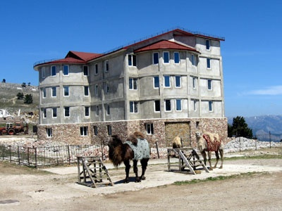 На землях заповедника выросла четырехэтажная капитальная гостиница. Фото Новый регион.