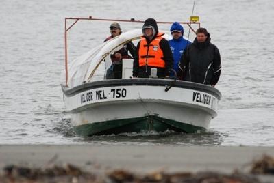 на этой лодке путешественники плыли к вулкану  Мелимойу