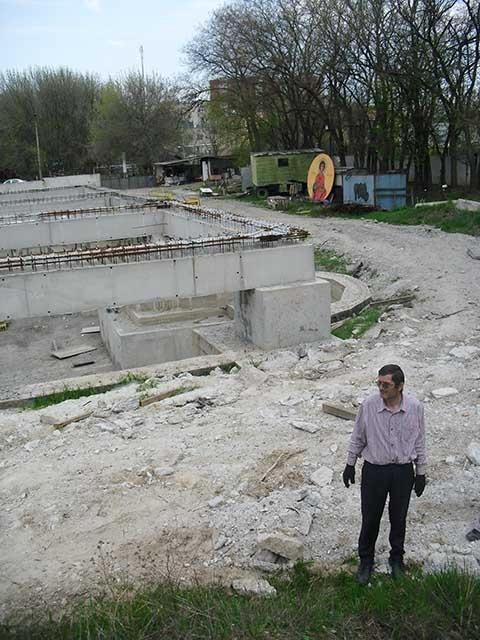Огромный фундамент будущей церкви.