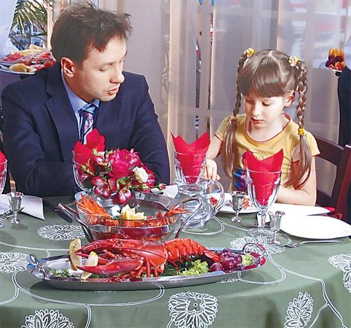Даниил Белых с самой маленькой актрисой в сериале Соней Стеценко.
