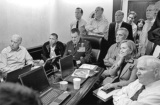 Члены высшего руководства США наблюдают за боем в особняке бен Ладена. На их лицах - напряжение и тревога (посмотрите хотя бы на госсекретаря Хиллари Клинтон). Эти могущественные люди никак не могут повлиять на то, что происходит в далеком пакистанском городе, за тысячи километров от их страны.