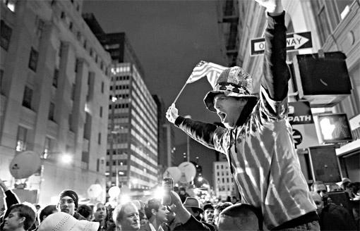 Тысячи ликующих людей высыпали в ночь на понедельник на улицы американских городов.
