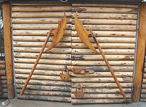 Ручки дверей сарая сделаны в форме алебард.