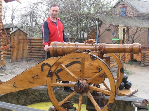 Владислав Харченко с братом не решились продать пушку, на которую пошло 300 кг дуба и погода времени