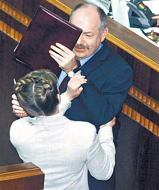 В сентябре 2002 года Юлия Тимошенко атаковала на парламентской трибуне генпрокурора Святослава Пискуна, заявив, что тот носит часы стоимостью «минимум $10 000».