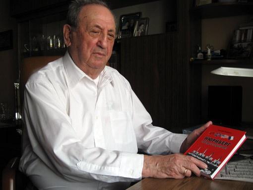 Иосиф Гофман издал книгу воспоминаний «Нюрнберг предупреждает», за которую ассоциация ветеранов войны США наградила автора медалью Viktory.