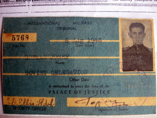 Свой личный пропуск в зал заседаний Международного трибунала Иосиф Гофман сдал в Национальный музей Великой Отечественной войны в Киеве. Там же находятся часы, подаренные ему американским палачом Вудом.