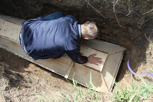 Его помощники заколотили гроб. Фото: Павел Колескик.