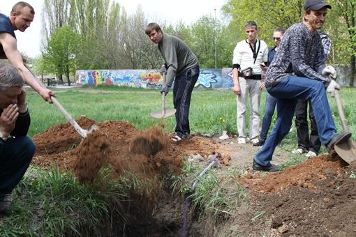 Начали закапывать могилу. Фото: Павел Колесник.