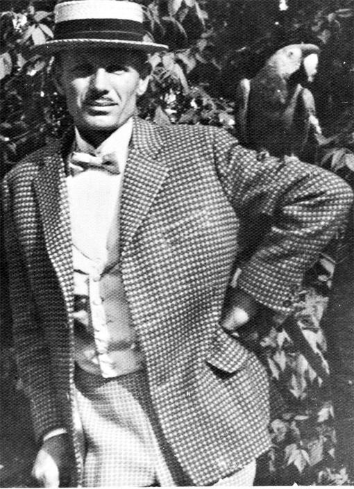 В таком пижонском образе бывший сын полка снялся в знаменитой кинокомедии «За двумя зайцами».