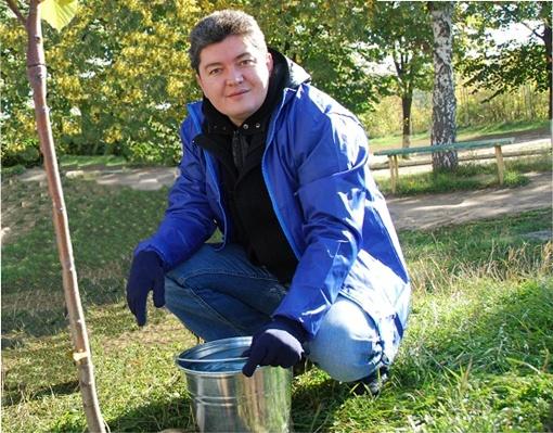 Габриэль Михайлов на своем участке борется с сорняками. Фото из личных архивов героев материала.