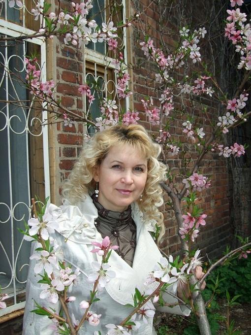 Галина Железняк демонстрирует чудо-деревце, посаженное в День космонавтики. Фото из личных архивов героев материала.