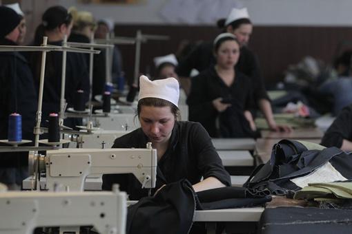 Воспитанницы колонии шьют халаты, рабочую одежду, постельное белье. Заработанное тратят в местном магазине и на оплату исков.